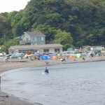 キャンプで大賑わいの三戸浜海岸。