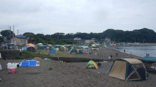 三戸浜海岸はキャンプ・バーベキューを楽しむ人で大変賑わっています。(2017.08.13)